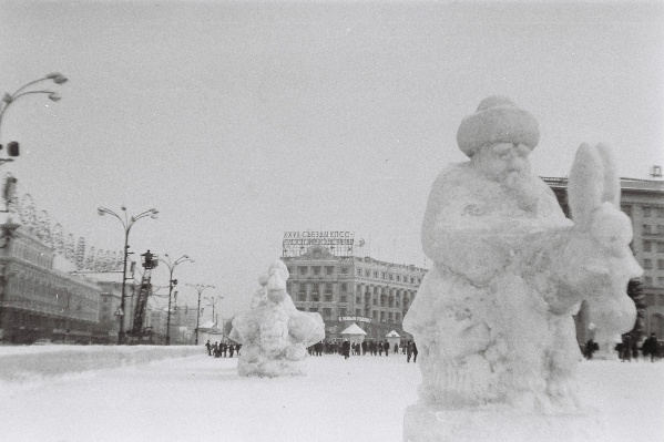 Датировать снимок можно благодаря надписи на доме с магазином «Ритм» —XXVII съезд КПСС проводили зимой 1986 года