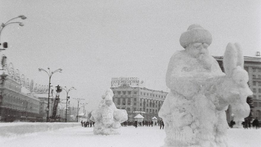 Ретрогорки на площади и очередь на Юрия Никулина: челябинец оцифровал снимки города 1960–80-х годов