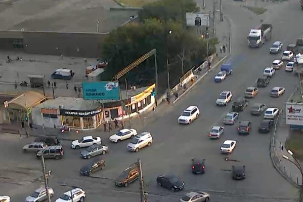 На камере видно, как справа у обочины остановились две машины — белая и чёрная. Белый автомобиль стоял здесь ещё до 18:40