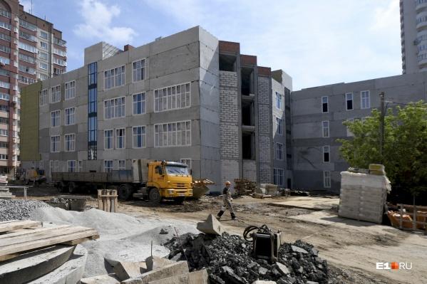 Это новая школа на Советской, она будет сдана к 1 сентября 2021 года
