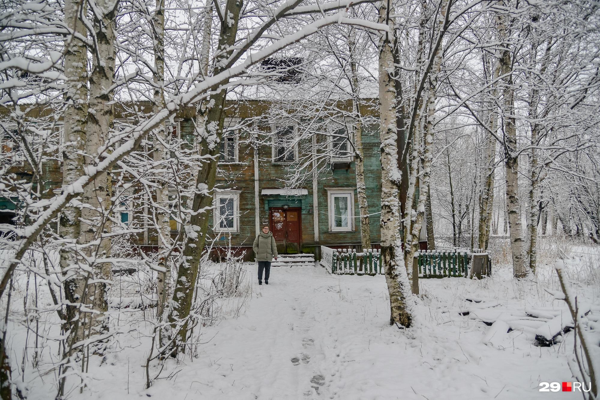 Одни деревянные дома выглядят очень плохо, другие — чуть лучше. Но общее впечатление — все они скоро прикажут долго жить, и очень жаль людей, которые вынуждены тут жить