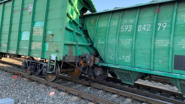 На станции в Самарской области цементовоз протаранил крытый вагон