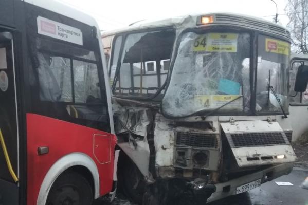 Сначала таксист врезался в один автобус, затем он зацепил другой
