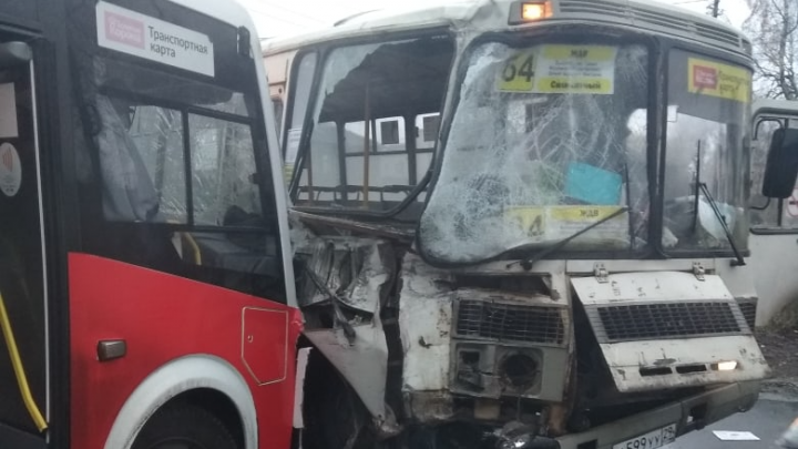 Четыре пассажира пострадали в столкновении такси и двух автобусов в Архангельске
