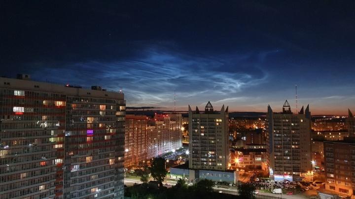 Над Красноярском заметили серебристые облака. Публикуем волнующие фотографии