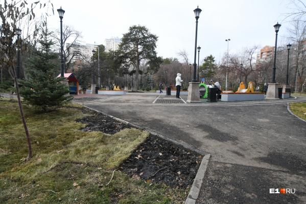 Мария Штань подсчитала, что в парке уже украли около 150 квадратных метров газона