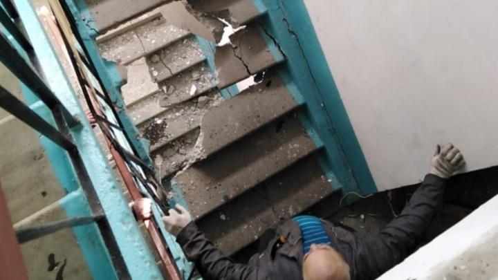 Регоператор капремонта объяснил, как рабочие при замене лифта проломили два лестничных марша