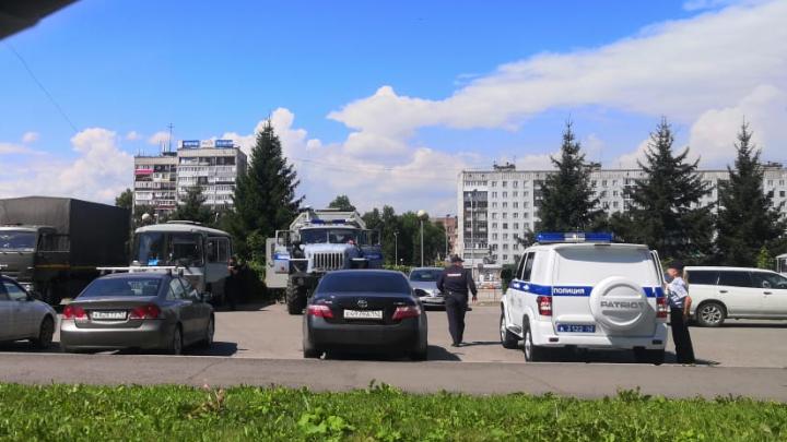 В Новокузнецке полиция оцепила площадь, на которой перевозчики просили провести митинг против мэра