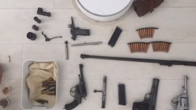 Полицейские пришли в квартиру нижегородца, чтобы забрать пистолет, а нашли целый склад оружия