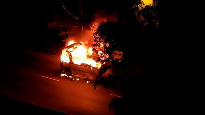 В Екатеринбурге на ходу загорелся автобус: видео
