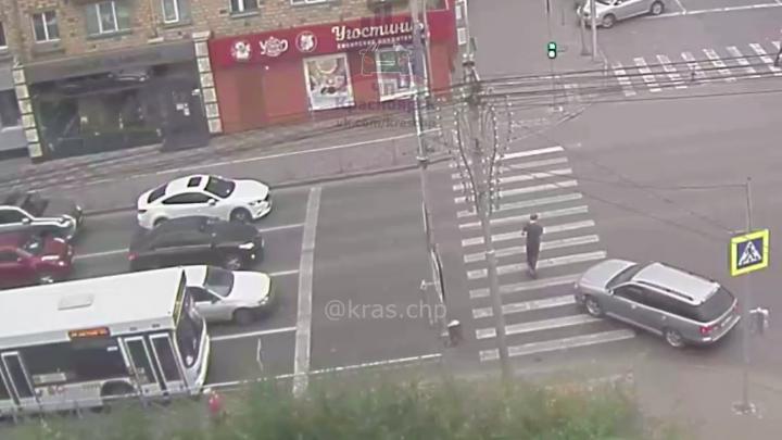 Водитель потерял сознание за рулем на оживленном перекрестке. Аварии удалось избежать чудом. Видео