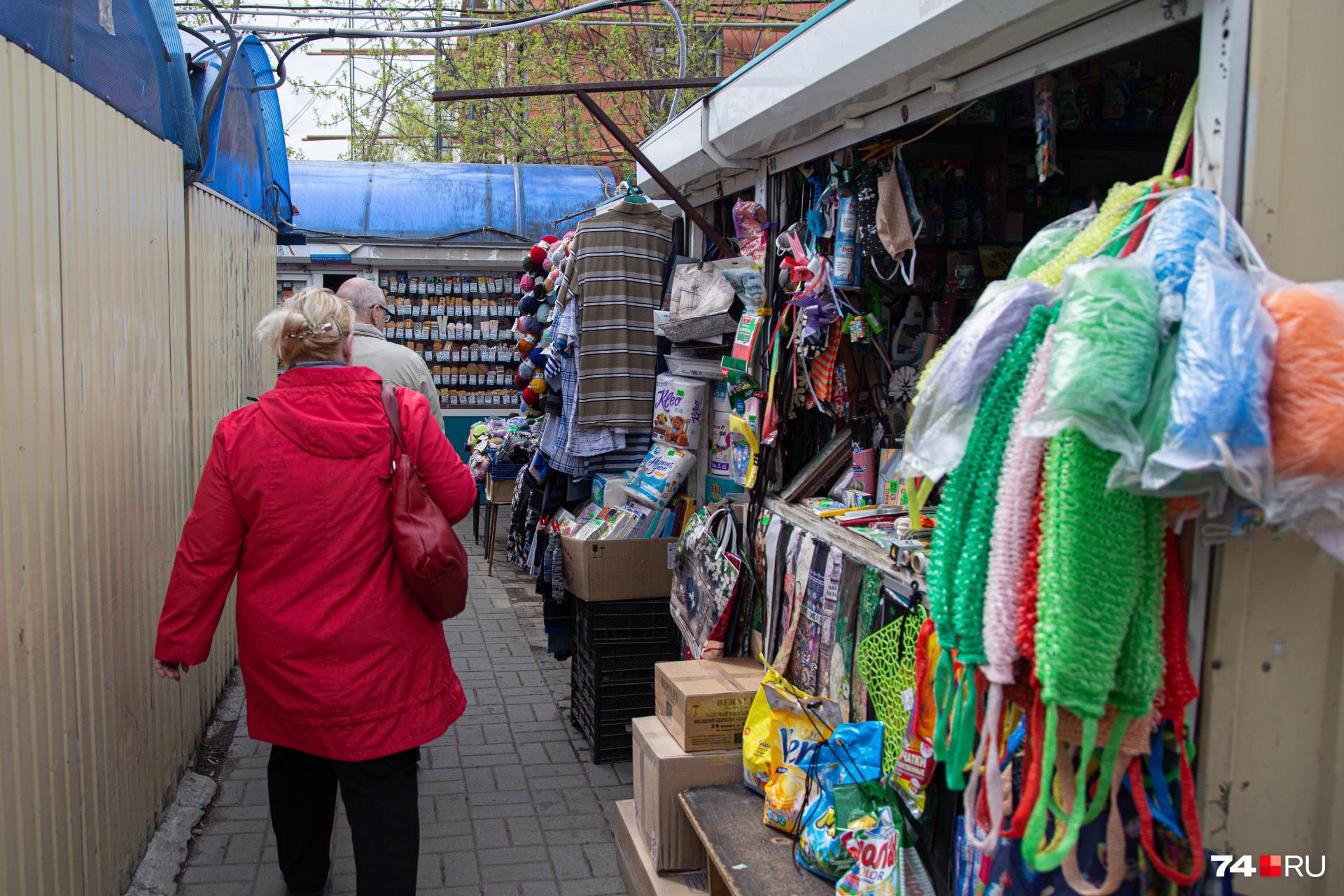 Помимо продуктов на перекрёстке Гагарина и Руставели торгуют и одеждой, и бытовой химией
