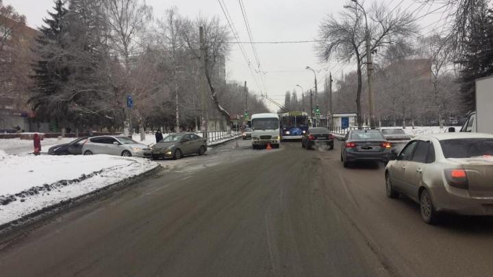В Самаре автомобилистка врезалась в автобус и спровоцировала пробку на проспекте Кирова