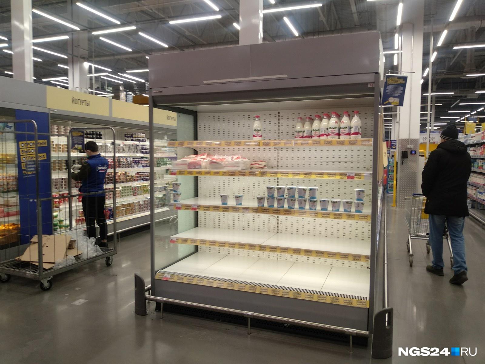 Несколько холодильников с торцов стеллажей оказались пусты