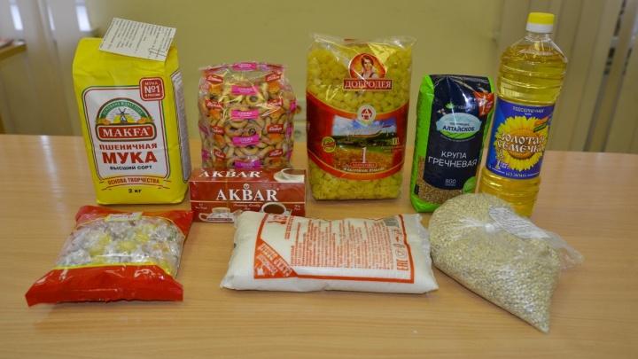 Сегодня омским школьникам начнут выдавать продуктовые наборы. Смотрим, что в них вошло