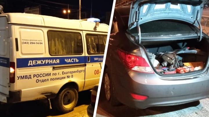 Наворовали полный багажник аккумуляторов: ночью в Екатеринбурге поймали банду южан, вскрывавших машины