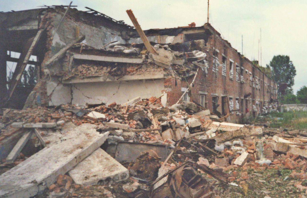 Гараж и жилые помещения сотрудников (фото сделано с Гудермесского шоссе, где до взрыва стояли ворота)