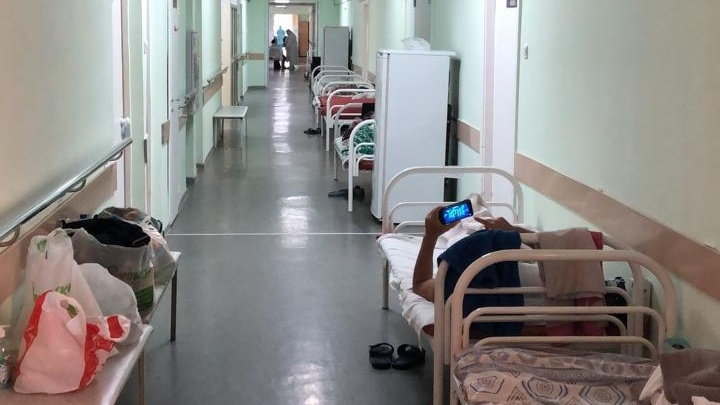Главврач 24-й больницы объяснил, почему пациенты с COVID-19 лежат в коридоре