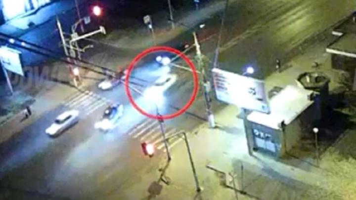 Думал, что проскочит: появилось видео страшного ДТП с четырьмя пострадавшими в Волгограде