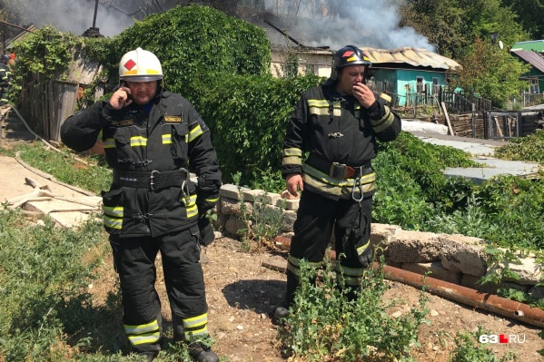 Олег Бойко (слева) на площадке пожара
