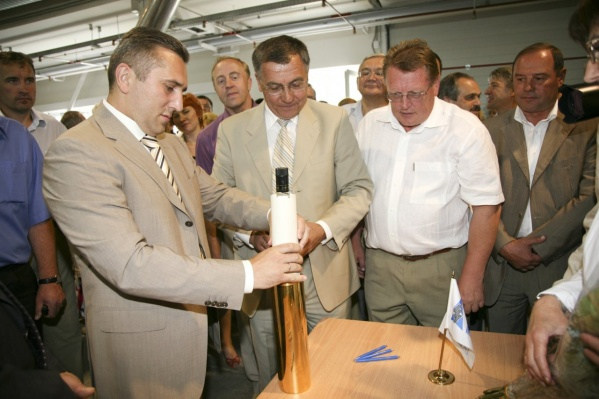 Архивный снимок с открытия нового завода «Бенат».<br>«Памятная капсула с первой бутылкой на память потомкам», — говорится в подписи к фото<br>