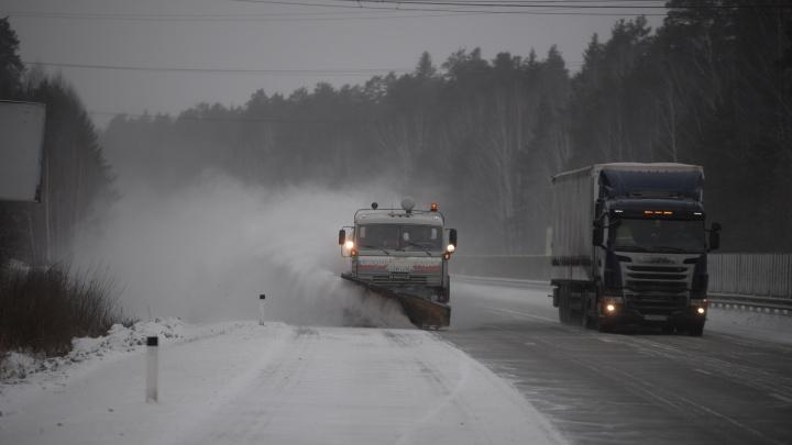 Куйвашев объяснил, почему на дорогах области появляется черный снег