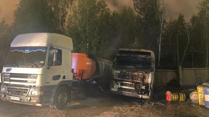 Сгорела куча техники: подробности жуткого пожара на улице Гагарина в Ярославле. Фото и видео с места
