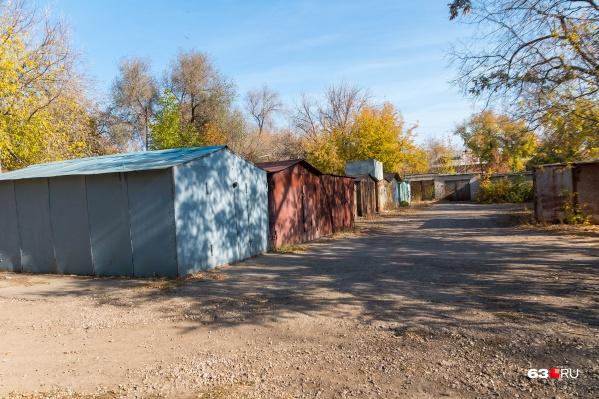 Такие гаражи стоят в городе с советских времен