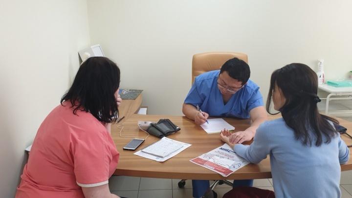 Китайский врач помогает новосибирцам в трудное время