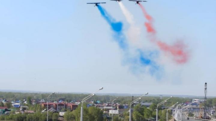 В небе над Уфой в День Победы изобразили французский триколор вместо российского