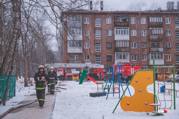 Огонь полностью уничтожил крышу здания, тушить пожар приезжали пожарные