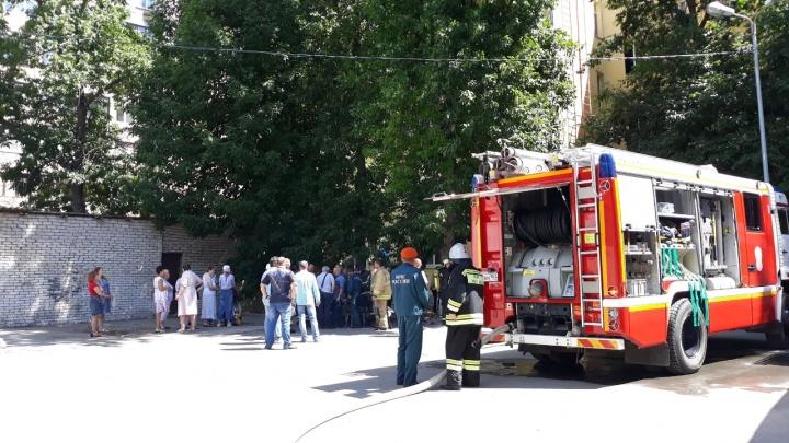 В Самаре на Красноармейской загорелась квартира на последнем этаже