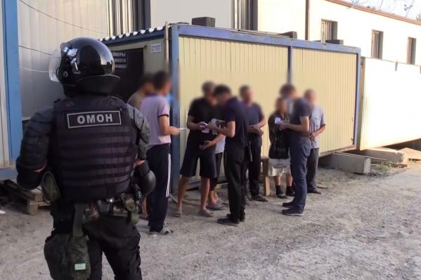 Полиция проследила документы от мигрантов до подозреваемых в подделке документов