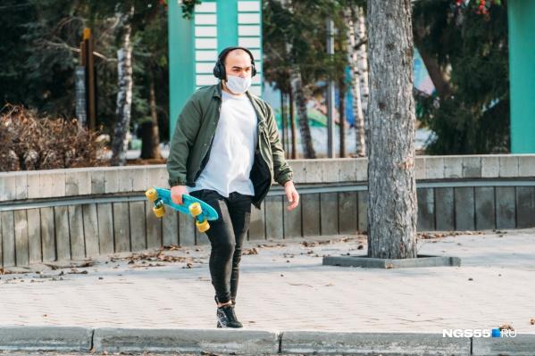 Как раз на улице носить маску не обязательно. Но от людей лучше держаться подальше, минимум в полутора метрах