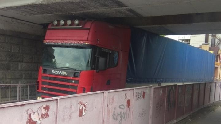 Под волгоградским «мостом глупости» застряла очередная фура