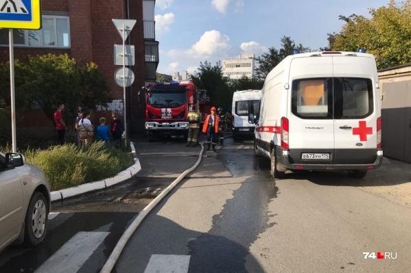 В результате пожара погиб 30-летний рабочий, ремонтировавший крышу, а его напарник получил сильные ожоги