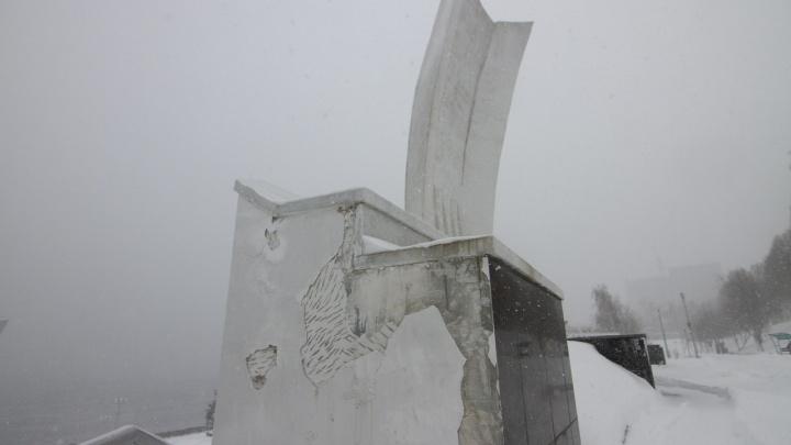 В Самаре отвалилась облицовка на монументе «Ладья»