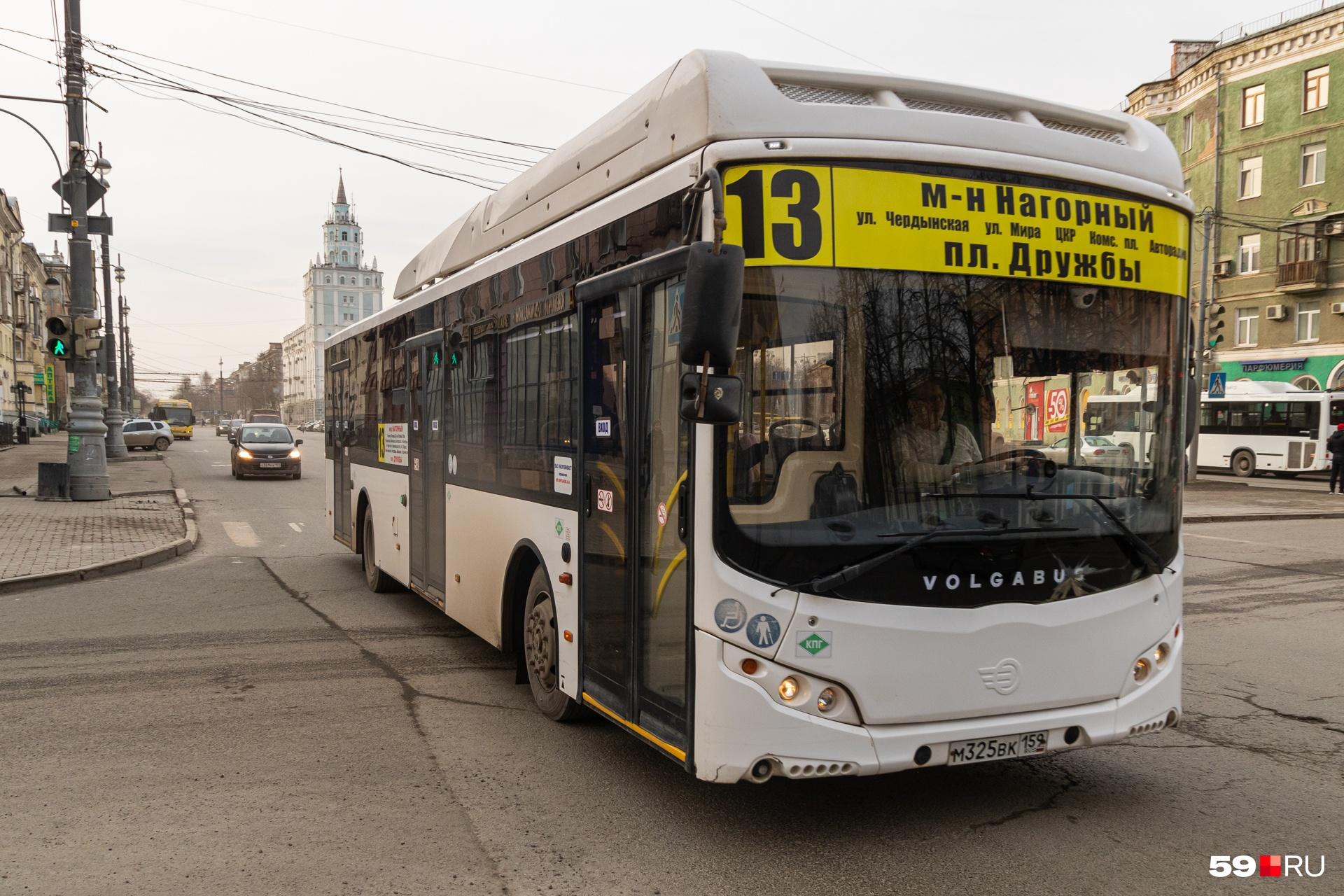 В автобусе человек десять