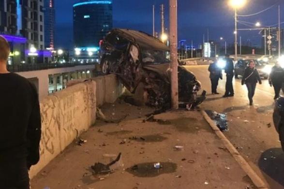 Внедорожник удержал столб, иначе бы он наверняка слетел вниз с моста