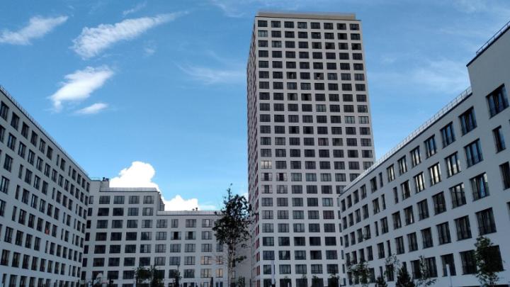 Женщина выпала из окна многоэтажки в районе «Европейского берега»