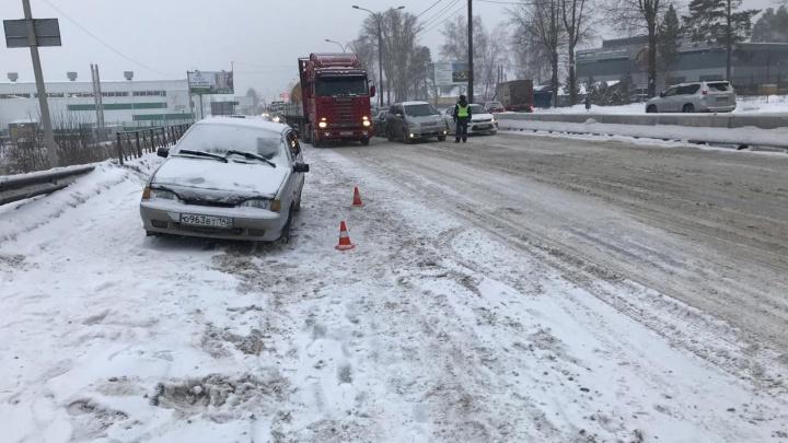 Автомобиль с лопнувшим колесом вылетел на тротуар и сбил 17-летнюю девушку в Новосибирске
