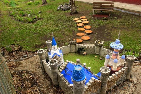 Кукольный замок на придомовой территории жилой пятиэтажки наСибиряков-Гвардейцев, 12