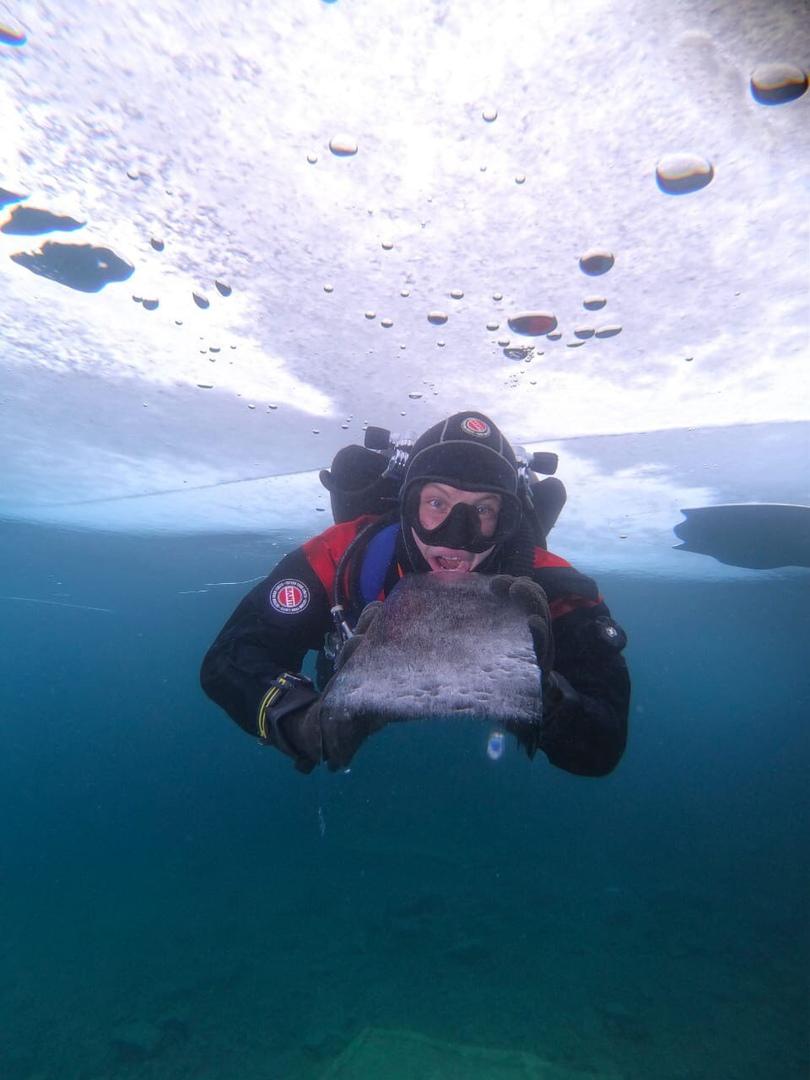 Это тоже Голубые озера. Над головой толстый лед, от майны (проруби) дайвер может уплыть на строгое расстояние