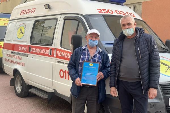 Геннадий Шаламеев (слева) просто не смог проехать мимо чужой беды