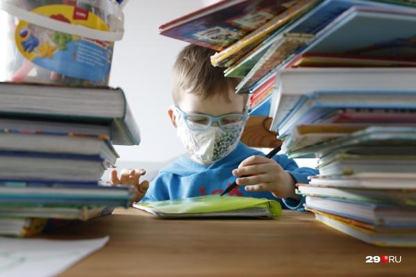 Детей переводят на дистанционку из-за единичных случаев коронавируса среди учеников либо сотрудников школы