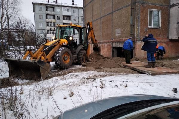 Когда сотрудники «РВК-Архангельск» пытались заделать дыру, отвалилась панель