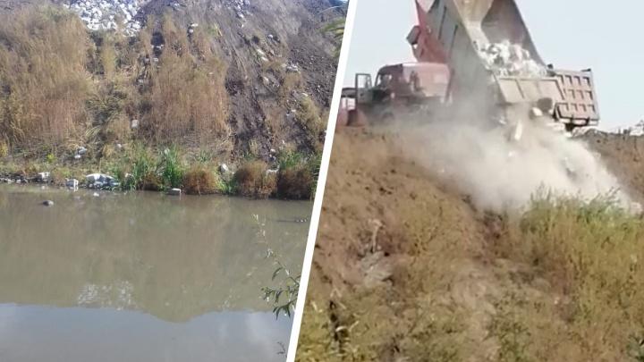 Берег реки засыпали бетонными блоками — новосибирец снял на видео КАМАЗ, который привёз строительный мусор