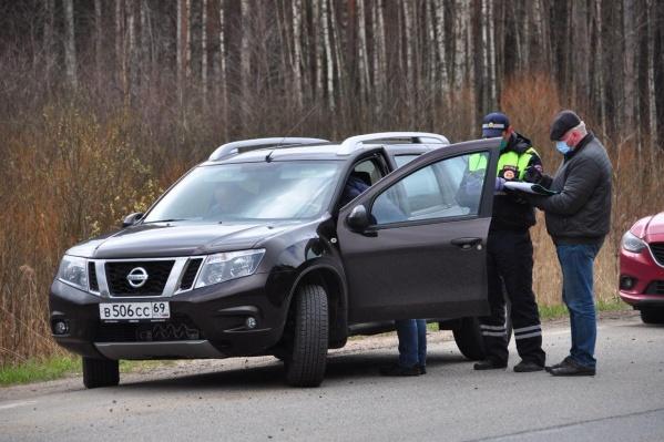 На границах Ярославской области проверяют въезжающие и выезжающие машины