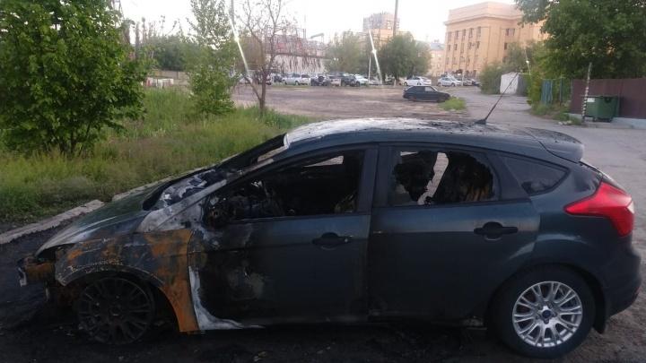 Злоумышленников ищут: в центре Волгограда сожгли две иномарки