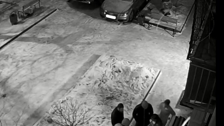 «30 человек, и все без масок»: красноярец борется с нелегальным баром в своем доме